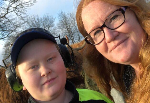 Carina Klahr tillsammans med sonen Oscar som tycker det är jättekul att Pumba har hittat hit.
