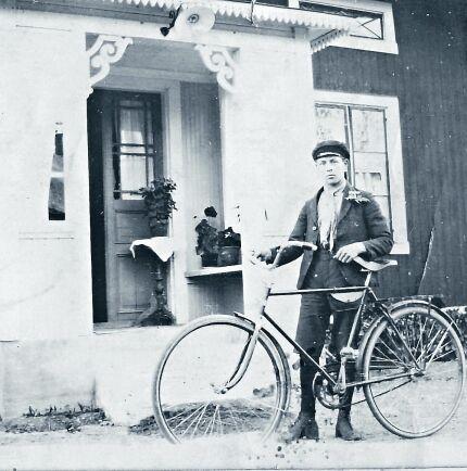 Under de dryga hundra år som har förflutit sedan huset byggdes har entréfasaden hunnit ha flera olika utseenden. Bilden visar att glasverandan åtminstone fanns år 1929.