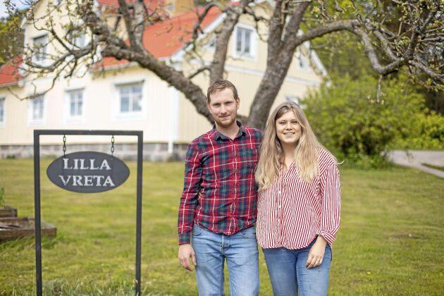 Erik Söderlund och Helena Hedqvist träffades när de studerade på Alnarp. Han till lantmästare, hon till hortonom. – Jag har alltid prioriterat privatlivet. Under hektiska arbetstoppar försöker jag komma hem tidigare, kanske vid klockan 21, för att hinna umgås med Helena i stället för att komma hem vid midnatt och ha en tvättad traktor.