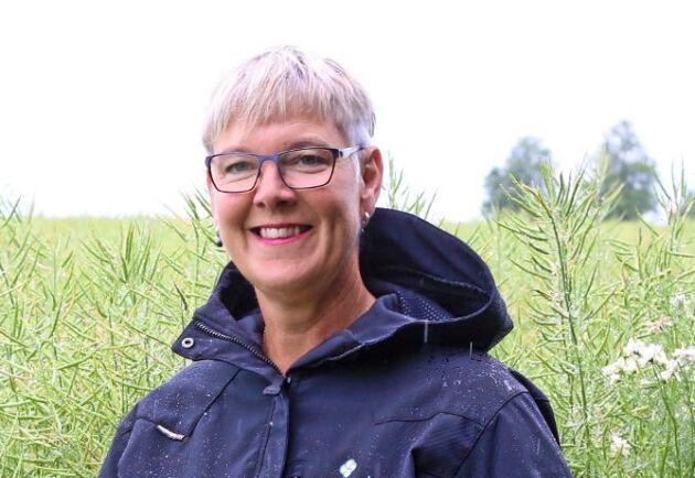 Anneli Kihlstrand, VD för SFO Sveriges Frö- och Oljeväxtodlare i ett fält med höstraps och domare i tävlingen Årets Rapsmästare 2020.