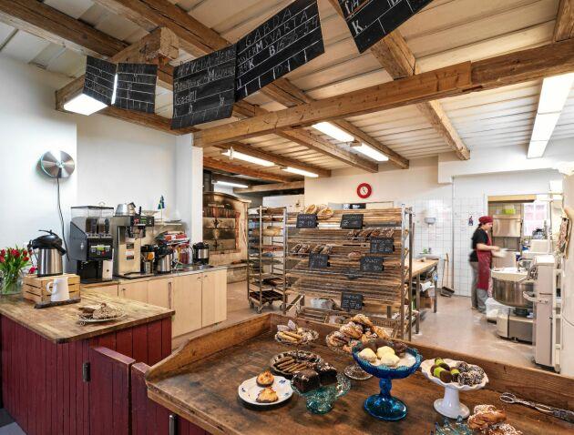 Caféet har blivit ett utflyktsmål i sig, fler äter bullar och mackor här än de som köper för att ta med sig hem.