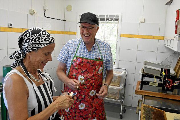 Gemenskapen är viktig i föreningen och det blir en hel del skratt när Lillemor Bulukin och Rune Andersson förbereder slungningen.