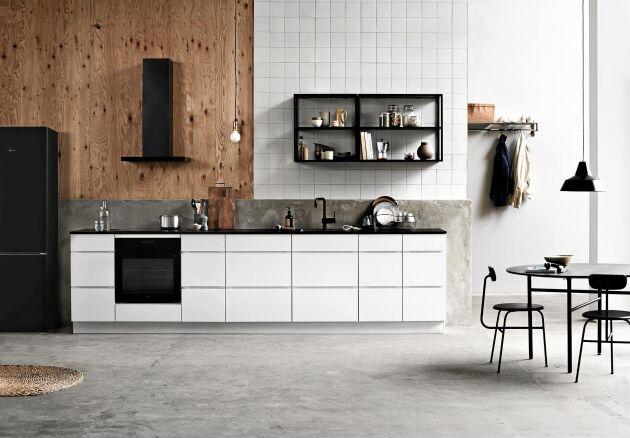 ENKEL. Kviks nya kök Mano håller låg profil och låter de andra materialen du väljer synas mer. Lådfronterna är matt vita och har integrerade handtag.