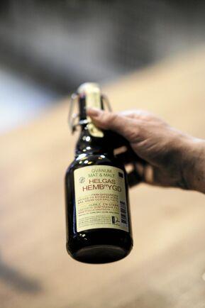 Sorten 'Helgas hembryggt' är en ale bryggd på korn, havre, råg och speltvete från Varaslätten samt humle från Falköping.