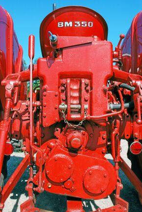 Med den långa spaken kopplas fyrhjulsdriften in eller ur. När den är urkopplad kan kraftuttaget användas som på en vanlig tvåhjulsdriven Boxer.