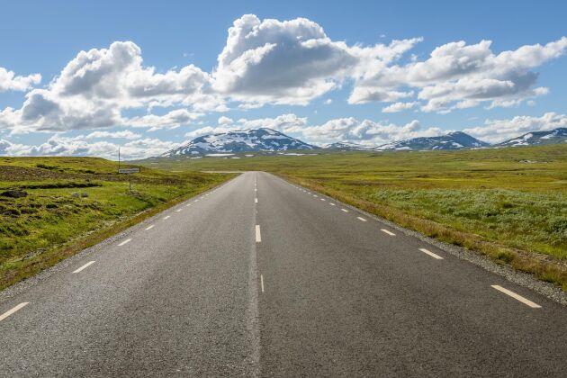 Vildmarksvägen går över kalfjället Stekenjokk och sommartid är det inga problem att ta sig fram.