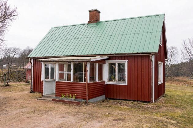 Renovering pågår. Det lilla skolhuset rustas nu rejält. Och genom att de gör mycket själva är budgeten bara 40 000 kronor.