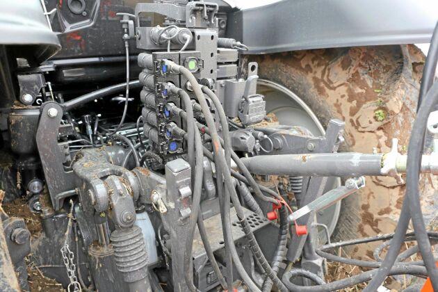 Snabbkopplingarna bak sitter nu placerade på samma sida. Lägg märke till tryckluftsanslutningen. Traktorn är tillverkad enligt den nya förordning som blir obligatorisk nästa år och har tryckluftsutrustning som standard.