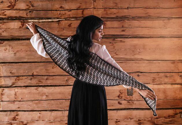 Den vackra sjalen räcker från hand till hand. Varmt som går att knyta på många sätt.