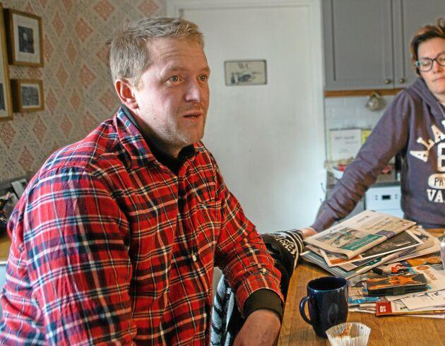 För att minska vattenåtgången på åkrarna har Tobias och Karin Knutsson satsat på en rampmaskin som vattnar betydligt effektivare än vattenkanonerna.