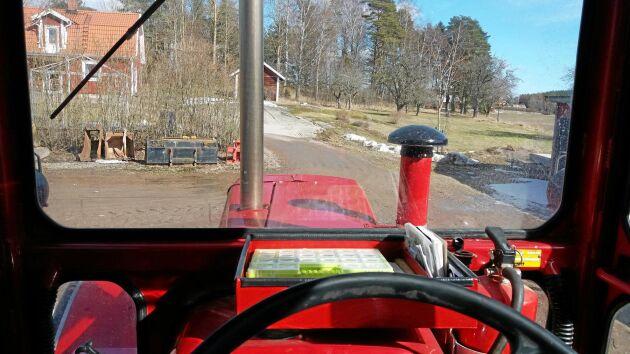 Den här utsikten har Bengt Johansson njutit av i många mil när han åkt till träffar och rallyn med sin hobbytraktor. Tidigare användes den som en arbetsmaskin.