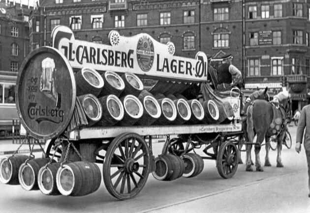 Carlsbergs pilsner distribueras i tunnor med häst och vagn den 14 augusti 1945 i Köpenhamn, Danmark.