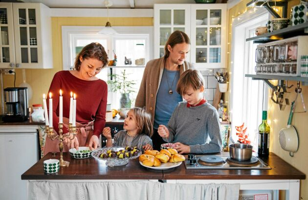 Julpyssel i torpet. Mamma Elin, pappa Anton ovh och barnen Ella-Karin och Harry.
