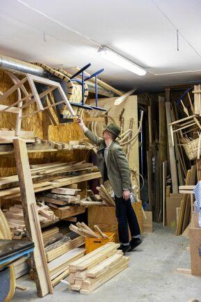 Fredrik hade tänkt att bli byggnadsantikvarie men fastnade för handfast snickarhantverk.