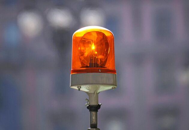 Att köra med varningsljuset på, om ekipaget eller redskapet inte överstiger 300 centimeter bredd kan vara svårmotiverat, om polisen dyker upp.