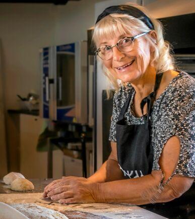 Annika är hemma i sitt vackra bageri.