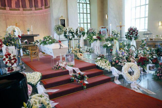 Över hundra blomsterarrangemang mötte gästerna på Lill-Babs begravning. Det var rosor i form av hjärtan och kransar från familj och vänner. De flesta gick i färgerna vitt och rosa, Lill-Babs favoritfärger.