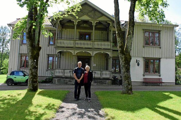Lars Larson och Siv Leander Larson har lagt fem år på att renovera Lydde Gård. Nu planerar de att sälja fastigheten.