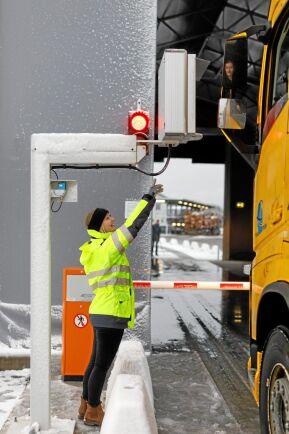 Mätchefen Elin Karlsson från VMF Syd (Virkesmätningsföreningen) instruerar hur man gör entré i mätramen.