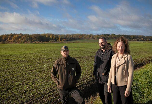 I den ekologiska växtföljden blir det mer vall och rågvete kommer också in. Från vänster: Anders Moberg, Carl Hans och Maria Wachtmeister.