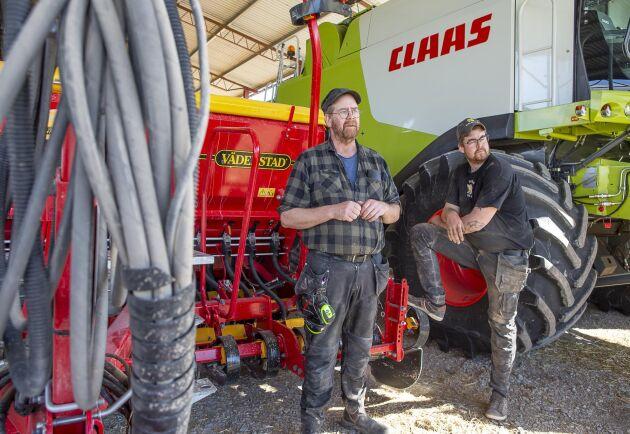De senaste två åren har stora investeringar gjorts på maskinsidan för att vässa växtodlingen och frigöra tid till grisarna. Här Anders Engvall och sonen Jerk, som ansvarar för växtodlingen på gården.