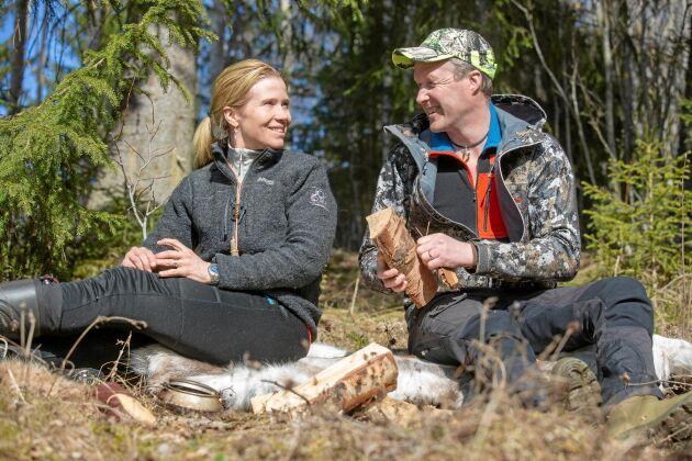 Evelina och Roger har båda jagat sedan de var barn. Här njuter de av en fika i vårsolen i en skogsglänta.