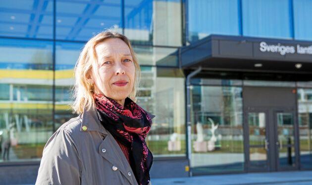 Kristina Julin framför huvudentrén till Sveriges lantbruksuniversitet, SLU, i Uppsala.