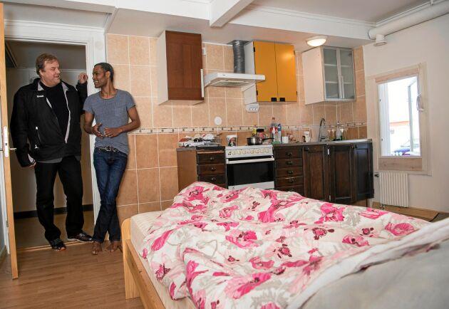 Solomon Kebe bor i en enklare lägenhet i väntan på ett bättre boende. Han har just fått permanent uppehållstillstånd. En enklare lägenhet som Örjan Berglund låtit färdigställa i före detta VIVO-butiken.