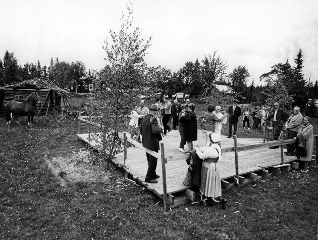 Bälgaspelets toner ljöd över bygden när det var logdans om lördagskvällen på 1960-talet.