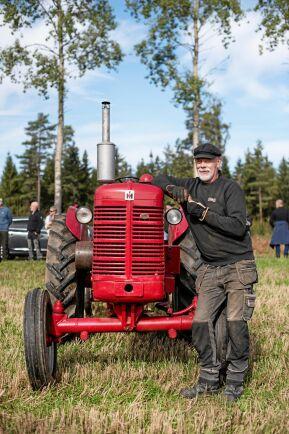 Alf Eriksson från Eksjö med sin IH-traktor modell BWD Super6 1954.