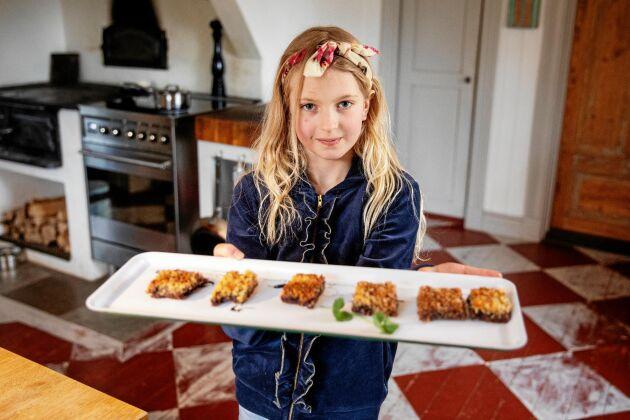 Greta bjuder på nybakta kakor.