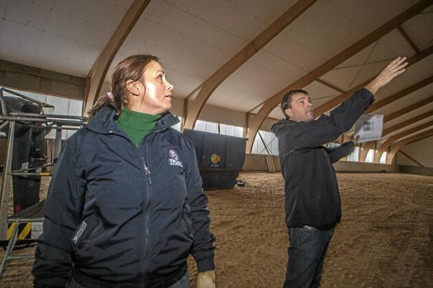 Uppvärmt. Det blir ridhuset på Grevlundagården när isoleringen är klar och Jens Bladh har installerat värmen. Lisen Bratt Fredricson ser fram emot att kunna börja använda ridhuset igen.
