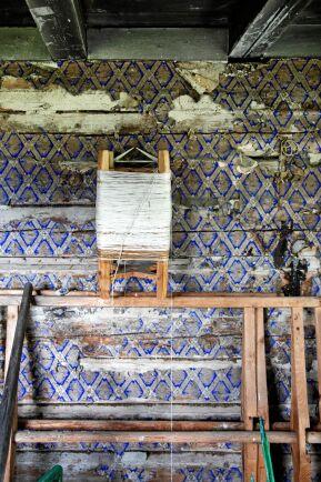 Spår från det förflutna i bagarstugan, en originaltapet och gammal garnvinda .