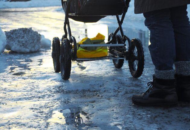 Invånare i Strängnäs hörde av sig till kommunen då de upptäckt bitar av porslin och glas på vägarna. Arkivbild.