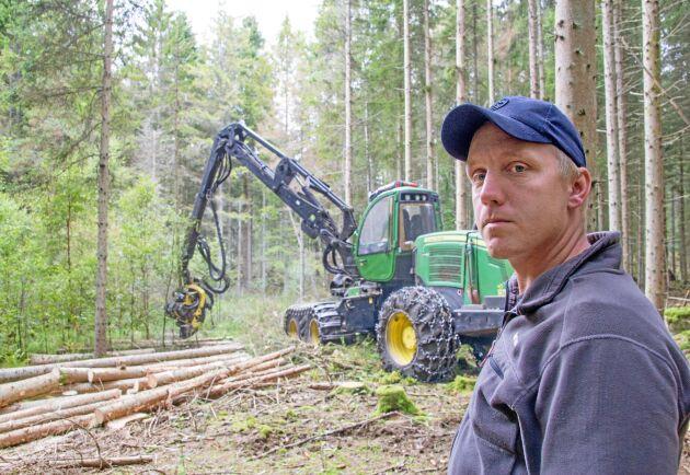 Anton Ivarsson har precis börjat avverka bestånd som angripits av granbarkborren.