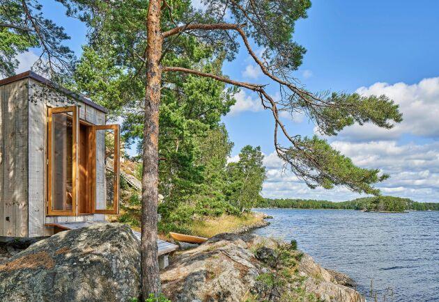 Kajakhuset i Sörmlands skärgård har en fasad av sex tallar som växt och ramsågats på platsen.