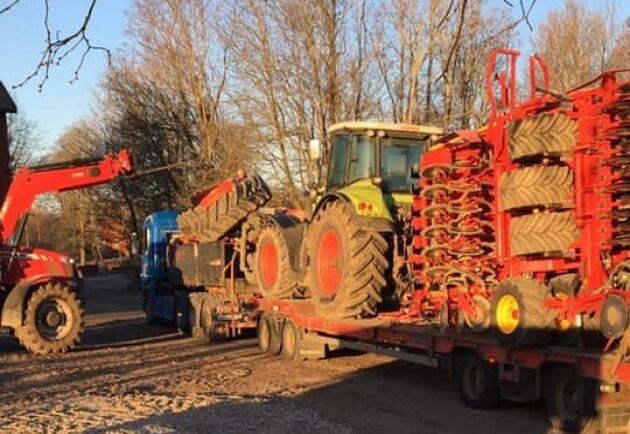 Claas Axion 850 och Väderstad Spirit, 6 meter, står lastad för avlastning efter transport från Skåne.