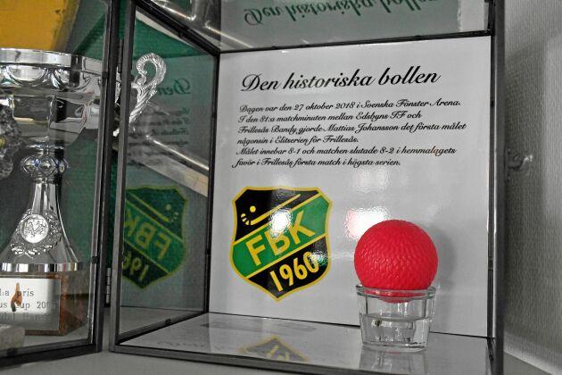 Det blev storförlust mot Edsbyn i premiären förra säsongen. Men Mattias Johansson gjorde då klubbens första mål i elitserien och den bollen fick följa med hem.
