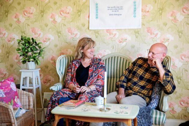Helena och Olof har inrett stora salen med arvegods och loppisfynd och en gammaldags blommig tapet.