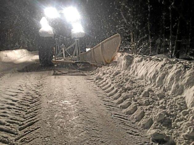 Det blir långa arbetspass när snön faller så gott som hela tiden. Gustaf stannar ibland för en kortare vilostund och han har sin bas i början och slutet av sin runda.