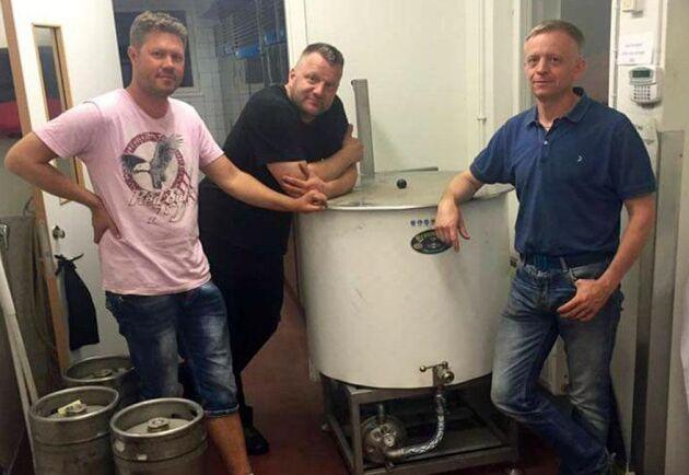 Robin Sanderfalk, Ceith Landin och Peder Josephsson står bakom det nya bryggeriet i Rejmyre i Östergötland.