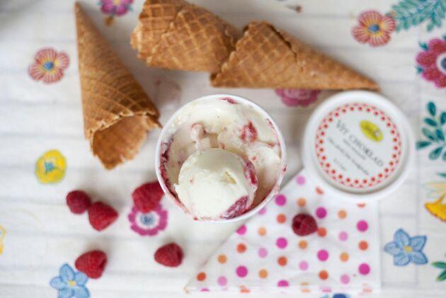 Välj mellan tjugo olika smaker av gårdens egentillverkade glass.