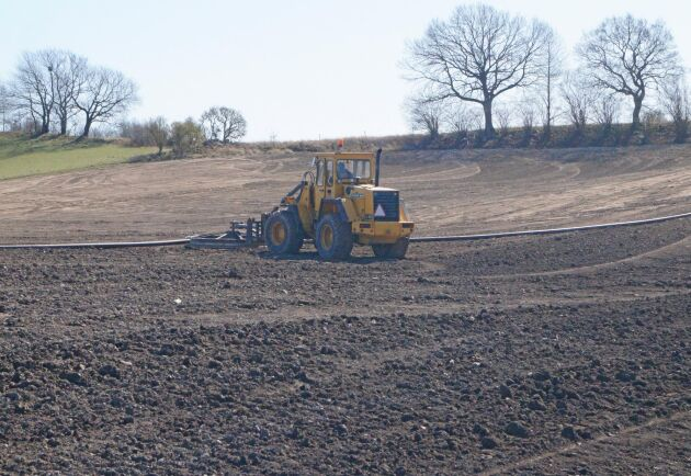 """Lastmaskinen med slanghjul """"krattar manegen"""" för utläggaren. På kuperade fält kommer utläggaren ut med gödseln långt innan marken bär en tunna."""