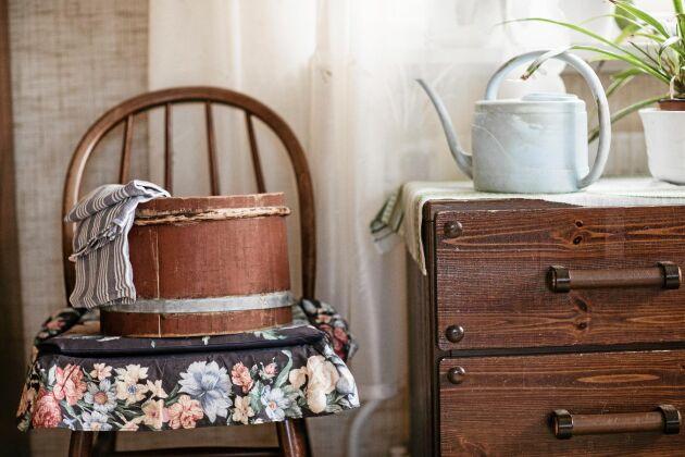 Det gamla laggkärlet har en hedersplats hemma hos Magda. Det användes i osttillverkningen på fäboden.