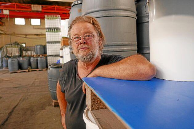 Tom Olefalk i Boxholms gamla kallvalsverk som nu fylls med surkål. 150 ton surkål ska syras innan säsongen är över.
