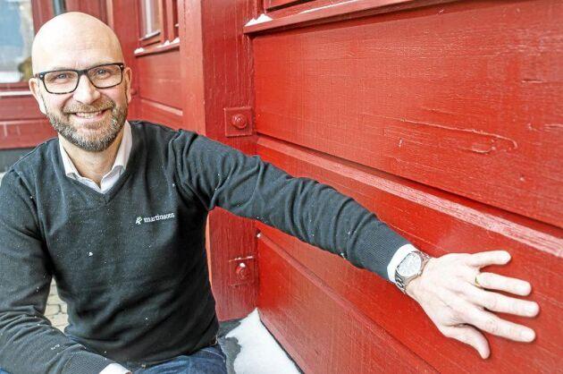 Lars Källströmer, försäljningschef för Byggprodukter vid Martinsons, är positiv till den snabba utvecklingen för limträ som växer på marknaden. Han visar den breda liggande ytterpanel i limträ som lockar allt fler byggare.