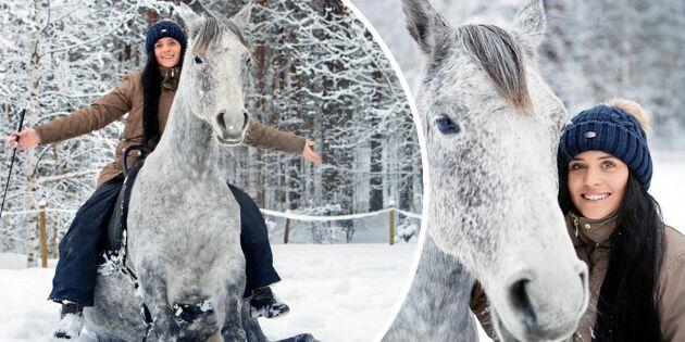 Alexandra tränar hästarna – utan bett eller tyglar