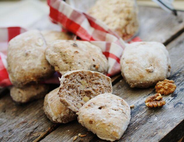 Nattjästa frallor med valnötter som passar perfekt till frukost.