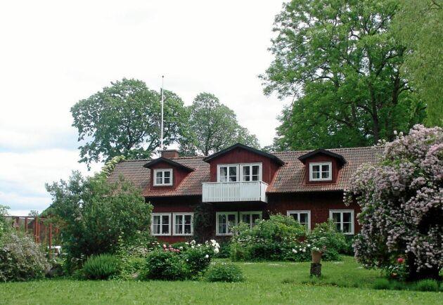 Gården är i dag dubbelt så stor som det hus familjen Ramviken köpte.