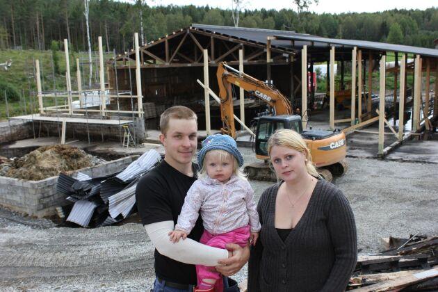En gnista från en vinkelslip tände eld på det nya stallet för tjurkalvarna som Jonas Kervén höll på att bygga för drygt ett år sedan. Grannarna samlade in 53 000 kronor till självrisken och nu har köttuppfödaren kommit tillbaka med besked.